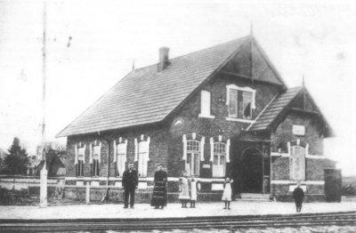 Stationsforstander Hans og Helene Rasmussen med datteren Anne ses foran Moltrup Station ca. 1910. Det vides ikke hvem de andre boern er.